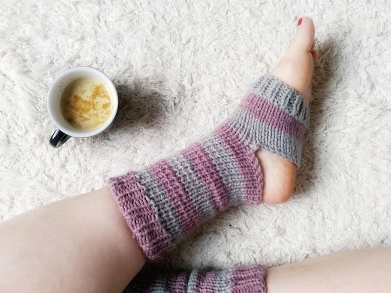 Patrón gratis calcetines yoga dos agujas